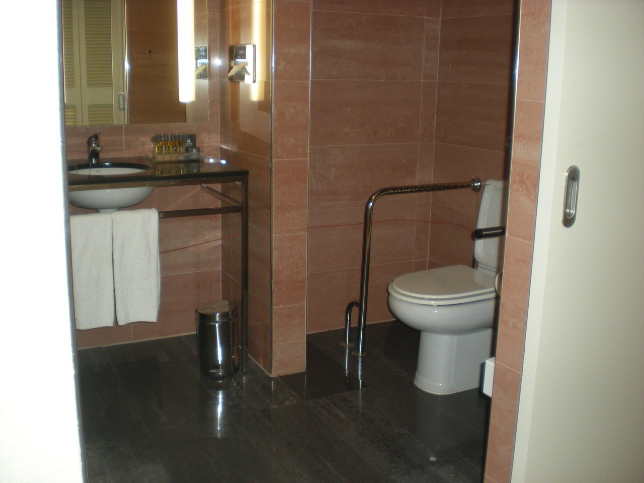 Photo/s of 1º adapted room - general information - in room bathroom - bathroom